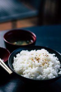 Bol de riz blanc avec baguettes