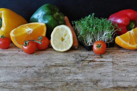 fruits et légumes sur plan de travail en bois