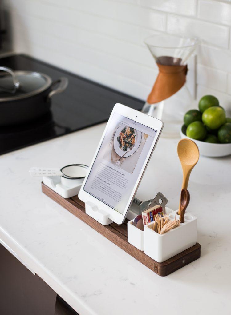 tablette sur support avec ustensiles de cuisine