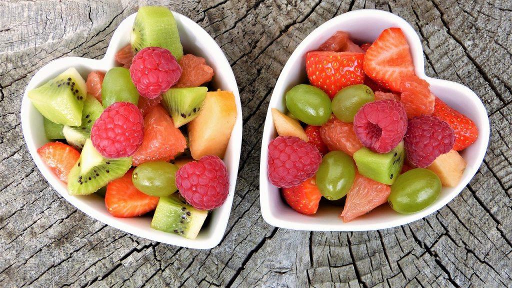 salade de fruits dans des bols en forme de coeur