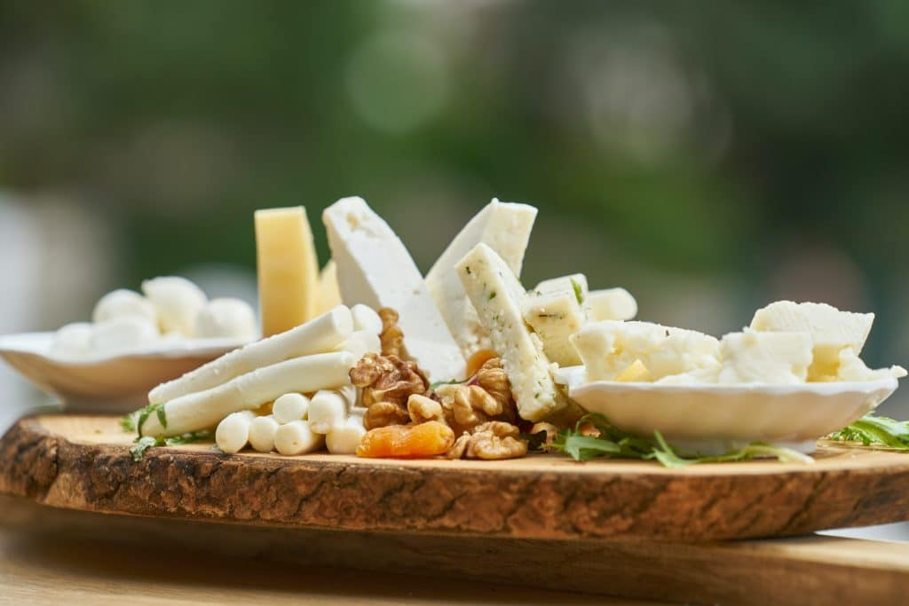 Assiette garnie de fromage de brebis