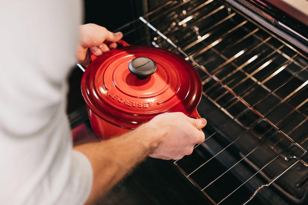 cuisinier avec casserole